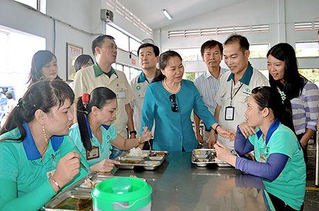 Hoan Ho: Khi can bo cong doan an com cung cong nhan - Anh 1