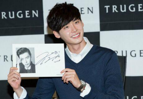 Lee Jong Suk ra mat mau dien thoai mang ten minh - Anh 1
