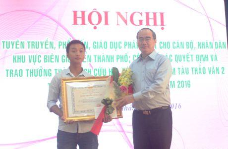 Nguoi hung cuu nan nhan vu lat tau Thao Van 2 duoc tang huan chuong - Anh 1