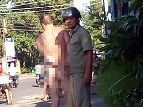 Phe can sa, 1 du khach Anh thoat y giua duong - Anh 1