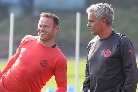 Rooney lan dau len tieng viec Mourinho day len ghe du bi - Anh 2