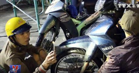 """Bieu duong 3 chang trai """"cuu ho xe may mien phi"""" - Anh 1"""