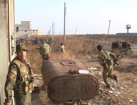 Quan doi Syria tan cong khung bo tren mat tran dong Aleppo - Anh 1