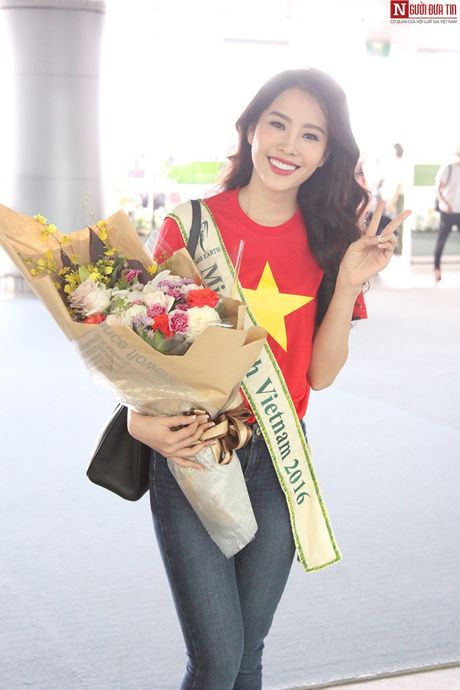 Hoa hau Trai Dat 2016: Nam Em dien ao in hinh Quoc ky tai san bay - Anh 1