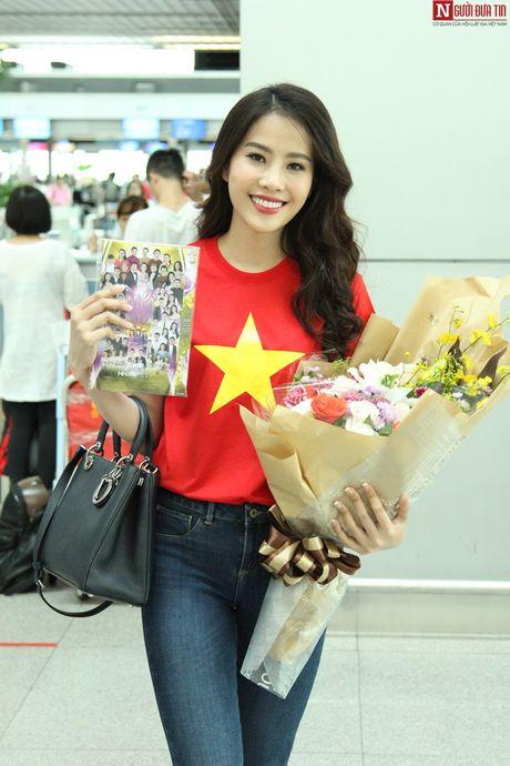 Hoa hau Trai Dat 2016: Nam Em dien ao in hinh Quoc ky tai san bay - Anh 4