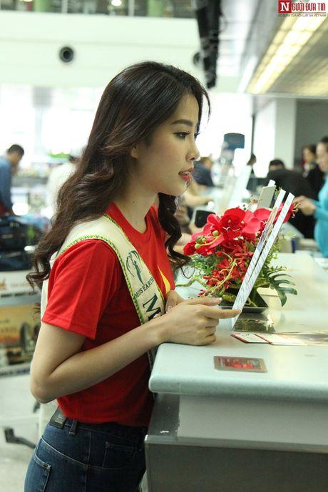Hoa hau Trai Dat 2016: Nam Em dien ao in hinh Quoc ky tai san bay - Anh 5