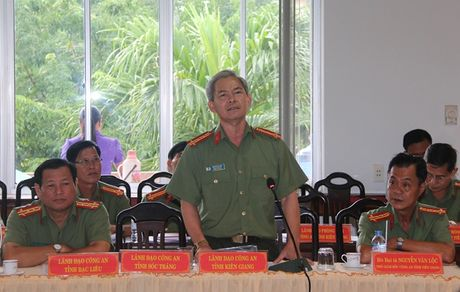 Hoi thao xay dung cac quy dinh ve cong tac thi dua khen thuong trong CAND - Anh 2