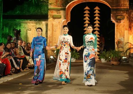 Nguoi dep 'trinh lang' mau ao dai trong Festival Ao dai Ha Noi 2016 - Anh 7