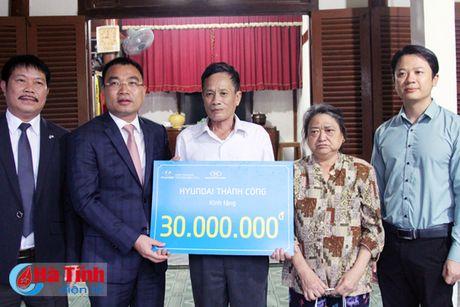 Huyndai Thanh Cong trao qua cho hoan canh kho khan - Anh 2