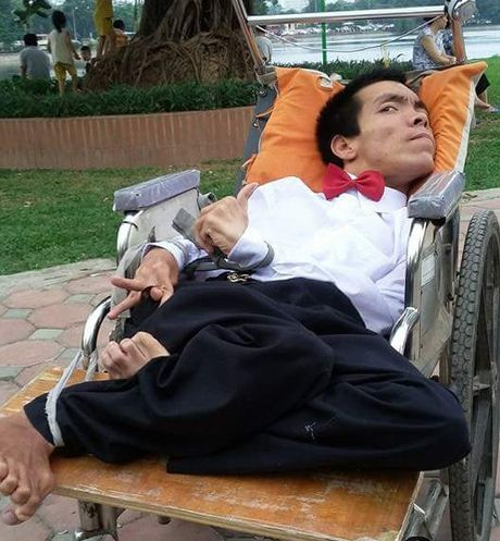 Chang trai ngoi xe lan ban hang rong mong duoc hien tang - Anh 1