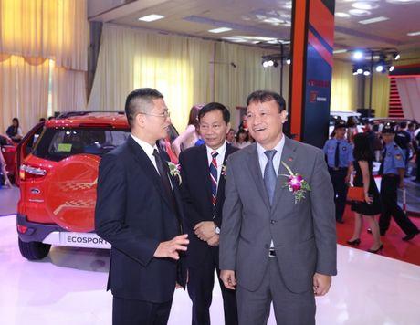 Tong giam doc Ford Viet Nam 'than chinh' dieu hanh tai trien lam - Anh 3