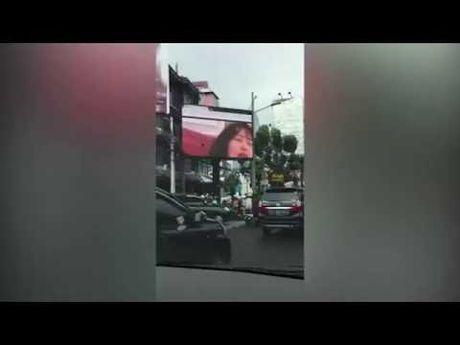 Duong pho Indonesia tac nghen nghiem trong vi phim khieu dam duoc chieu cong khai - Anh 1