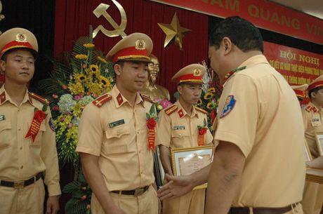 CSGT bat chap nguy hiem tinh mang, phuc vu nhan dan - Anh 3