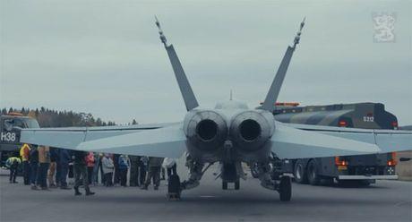 Chien co F-18 cat canh ngoan muc tu duong cao toc - Anh 1