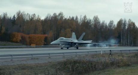 Chien co F-18 cat canh ngoan muc tu duong cao toc - Anh 3
