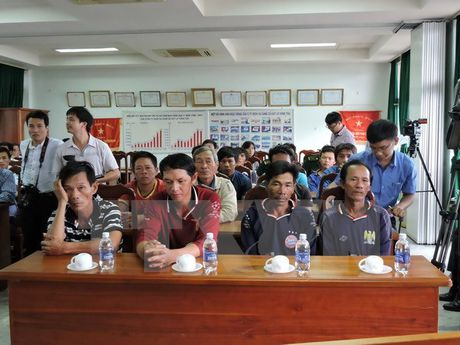 Kip thoi cuu 15 ngu dan Quang Ngai bi tai nan chim tau tren bien - Anh 1