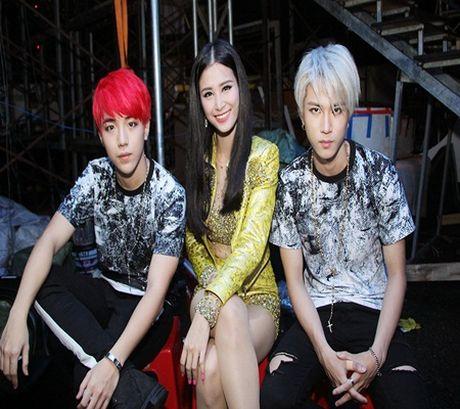 Fan cuong dap cua xe, gao thet goi Uni5 trong show dien cua Dong Nhi - Anh 3