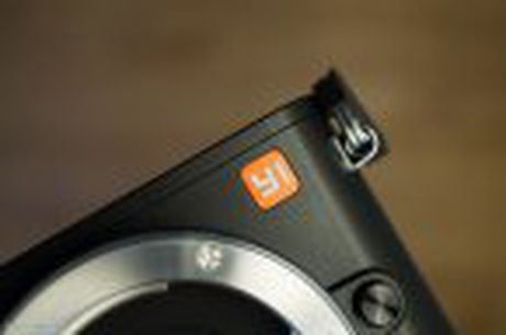 Tren tay Xiaomi Yi M1: may anh m4/3, khong guong lat, logo do voi gia 8,5 trieu dong - Anh 9