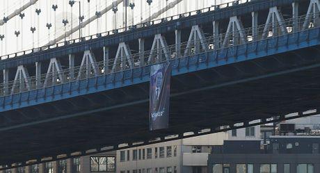 Chan dung ong Putin bat ngo duoc treo tren cau o New York, My - Anh 1