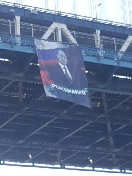 Chan dung ong Putin bat ngo duoc treo tren cau o New York, My - Anh 2