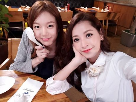 Chi Pu gay bao khi khoe anh selfie do sac voi Jiyeon nhom T-ara - Anh 2