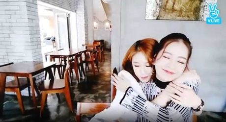 Chi Pu gay bao khi khoe anh selfie do sac voi Jiyeon nhom T-ara - Anh 4