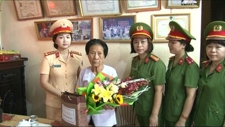 Cum thi dua so 3 CATP Ha Noi tham hoi tang qua 3 Ba me Viet Nam Anh hung - Anh 1