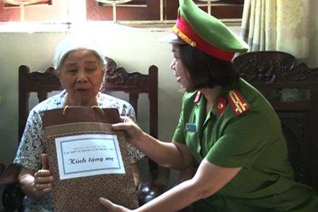 Cum thi dua so 3 CATP Ha Noi tham hoi tang qua 3 Ba me Viet Nam Anh hung - Anh 2