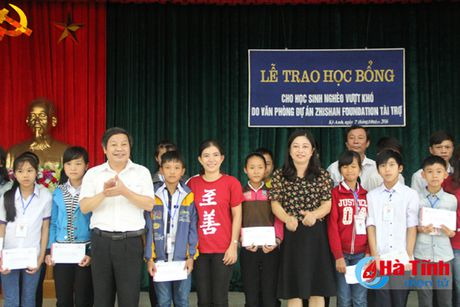 Trao hoc bong Du an C.I cho 78 hoc sinh ngheo Ky Anh - Anh 1