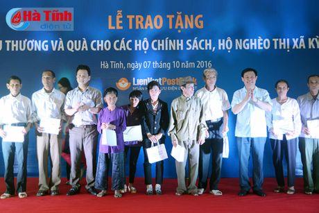 Pho Thu tuong trao qua cho nhan dan TX Ky Anh - Anh 1