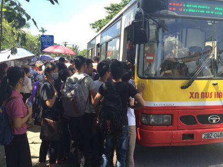 Ha Noi: Hanh khach kho so vi xe buyt qua tai - Anh 3