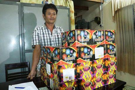 Ha Tinh: Bat qua tang doi tuong buon ban gan 80kg phao no - Anh 1