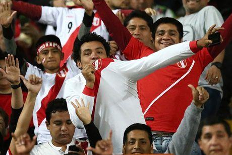 Peru vs Argentina (0-0, H1): Messi dua gia dinh di xem phim - Anh 3