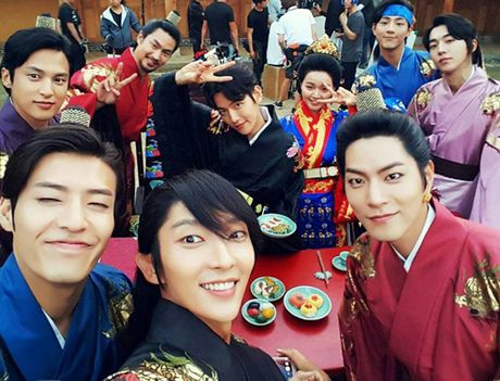 Lee Jun Ki can moc 1 trieu luot theo doi tren Instagram - Anh 2