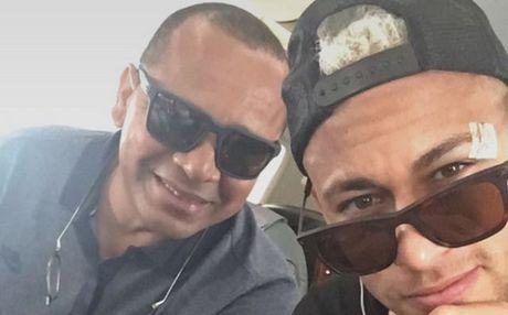 Neymar 'khoe' mat bang bo tren duong tro lai Barcelona - Anh 1