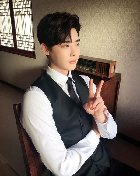 Sao Han 8/10: Lee Jong Suk mat nghiem tuc, Hyun Ah khoe xi tai sac so - Anh 5