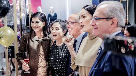 Doanh nhan Thuy Tien rang ro ve nuoc sau khi duoc vinh danh the gioi - Anh 5