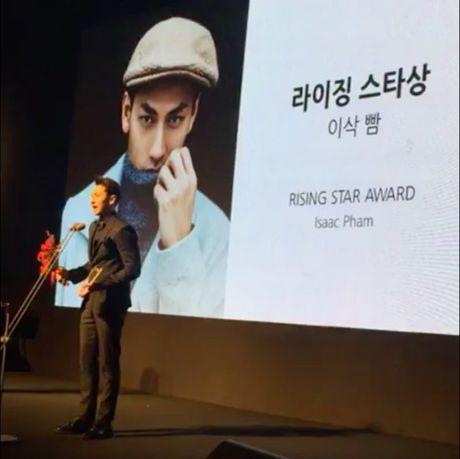 Nam ca si Issac nhan giai thuong tai LHP Busan - Anh 4