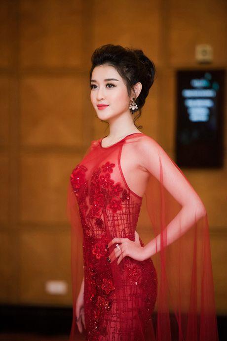 A hau Huyen My tao bao voi phong cach xuyen thau - Anh 1