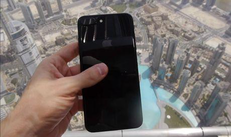 Tha roi iPhone 7 Plus tu toa nha cao nhat the gioi - Anh 1