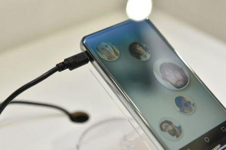 Sharp gioi thieu Corner R - smartphone khong vien, cong tran 4 canh - Anh 2