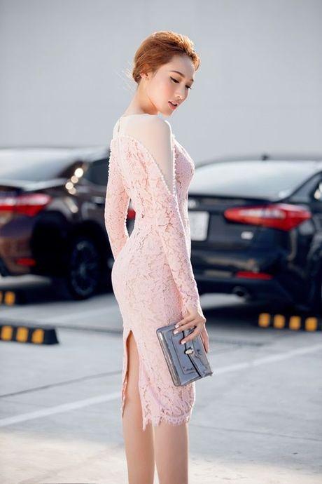 To Uyen Khanh Ngoc khoe eo thon dang ngoc voi street style vo cung cuon hut - Anh 1