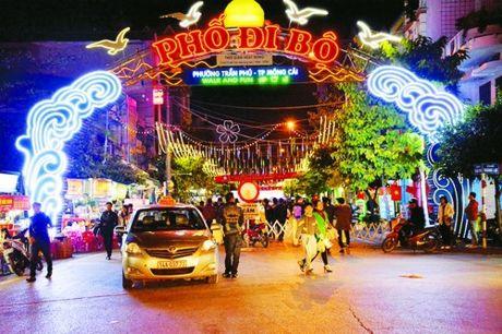 Quang Ninh: An tuong pho di bo o Mong Cai - Anh 1