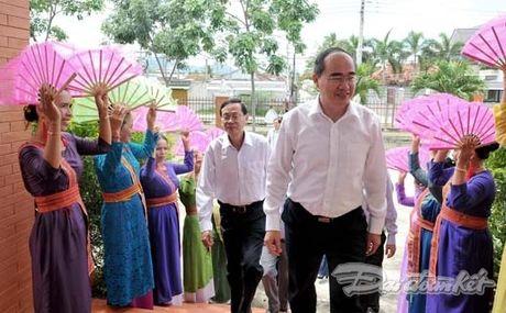 Chu tich Nguyen Thien Nhan va Doan cong tac tham lang det tho cam - Anh 1