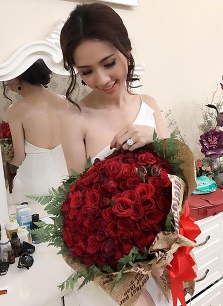 Showbiz 8/10: Phan Thi Mo duoc tang nhan 1,3 ty, nam dien vien bi vo tre bo vi ngheo - Anh 1
