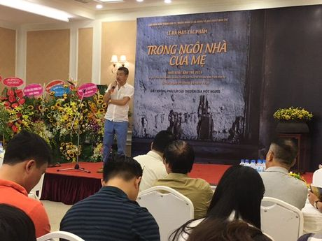 Nha tho Nguyen Quang Thieu ra mat sach 'Trong ngoi nha cua me' - Anh 1