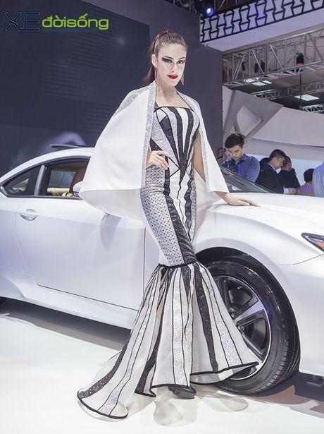 Dan nguoi mau Lexus sac ben nhat Vietnam Motor Show 2016 - Anh 9