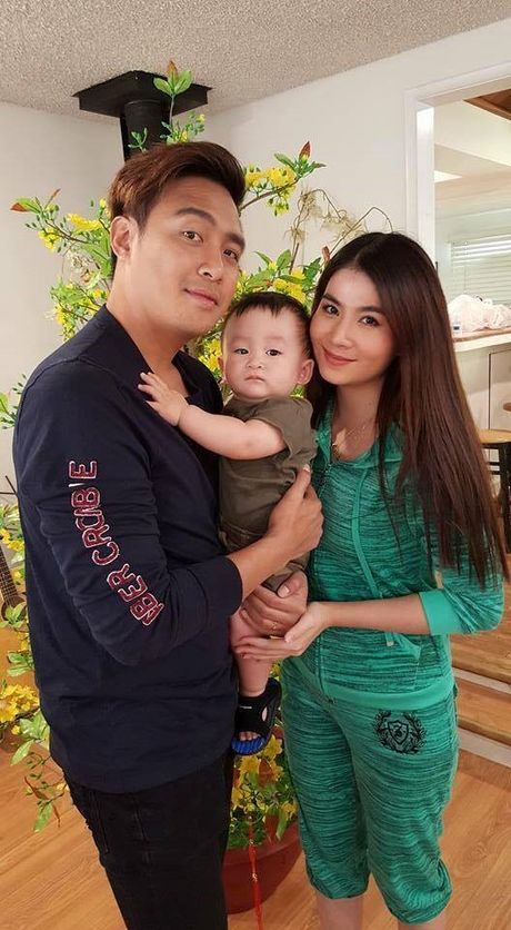 Vo chong Thanh Duy chup anh voi con trai 'be' Xuan Mai o My - Anh 1