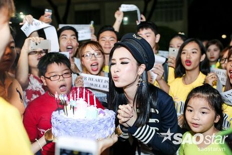 Dong Nhi hanh phuc don sinh nhat trong vong vay cua fan sau hau truong The Voice Kids - Anh 11