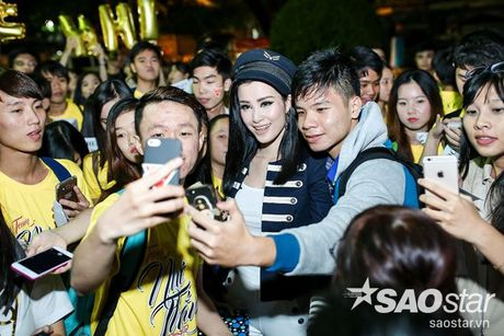 Dong Nhi hanh phuc don sinh nhat trong vong vay cua fan sau hau truong The Voice Kids - Anh 6